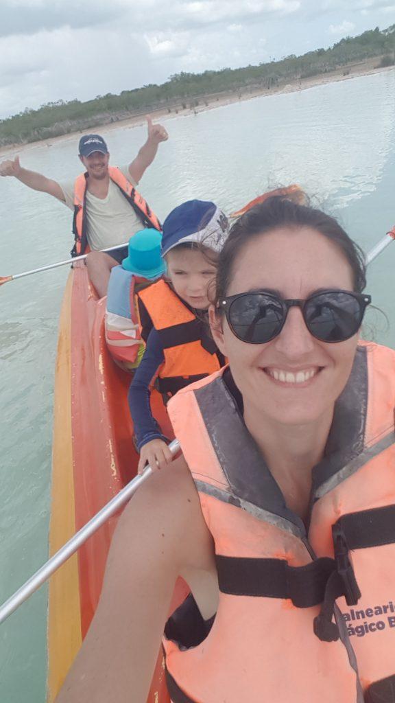 Bacalar famille kayak 1 e1571545015397 576x1024 Bacalar et la lagune aux 7 couleurs