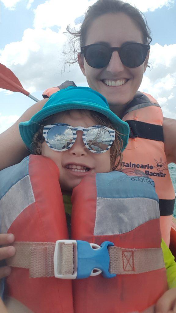 Bacalar famille kayak 2 e1571545029471 576x1024 Bacalar et la lagune aux 7 couleurs