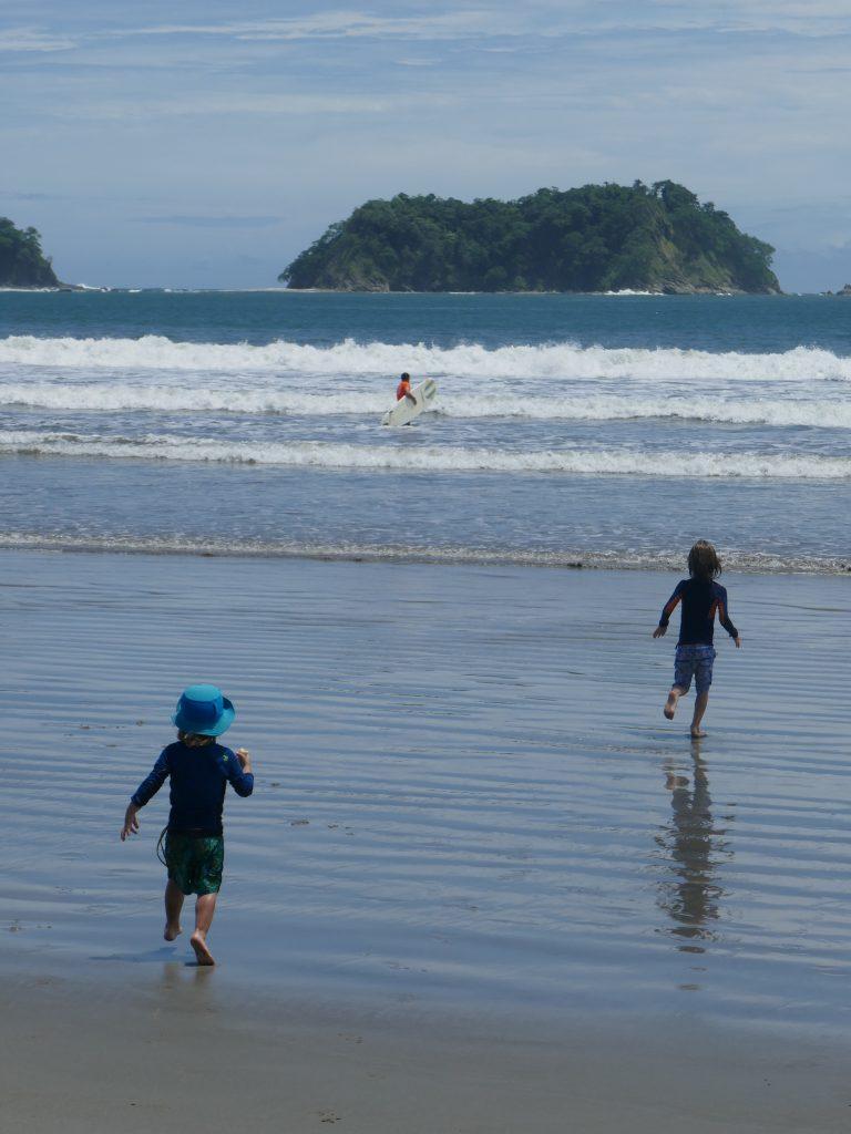 enfant plage samara e1570071666229 768x1024 Costa Rica : A la découverte des animaux sauvages
