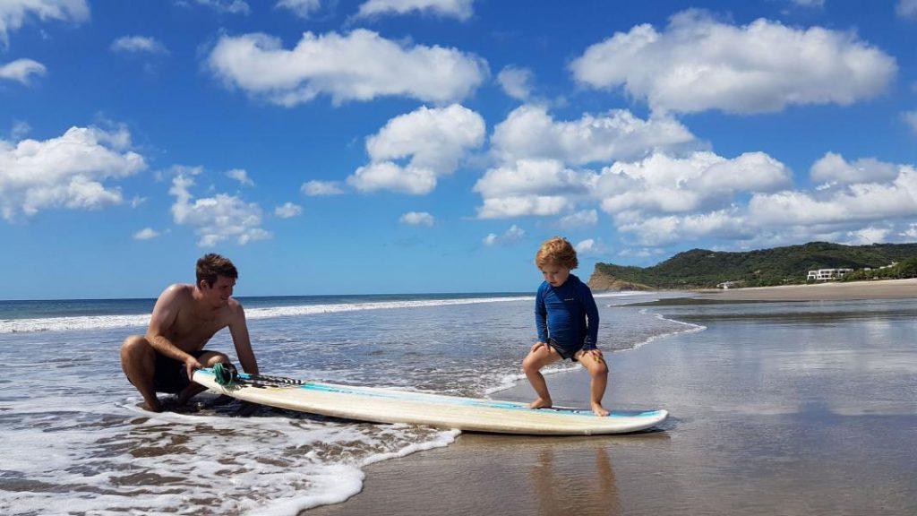 Apprendre à Surfer 1024x576 Découvrir la vie d'expatrié à Playa colorado