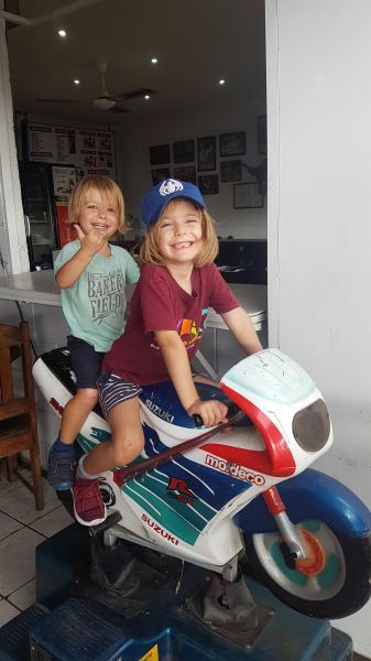 Jeu moto enfants Liberia, ville de transit